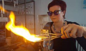 Antje-Otto-Glaskunst-Arbeitsplatz vor der Flamme